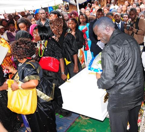 Dr. Kizza Besigye lays a wreath