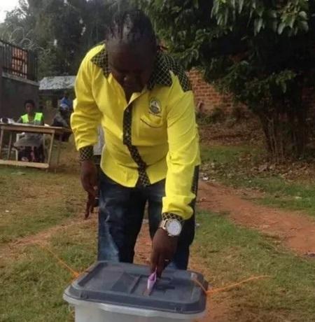 Ragga Dee casting his vote